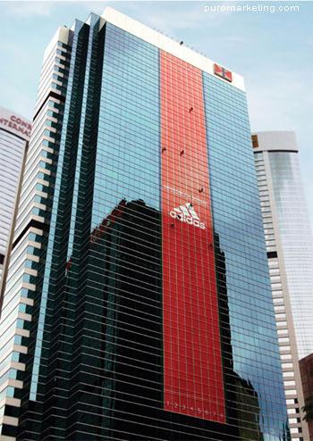 Adidas edificio publicidad
